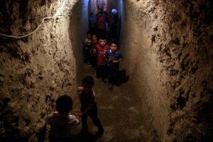 Niños en Siria realizan su vida en túneles Foto:AFP