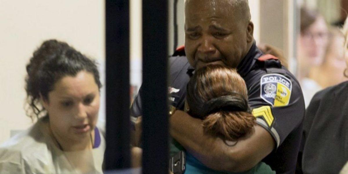 Policía llorando tras ataque en Dallas conmueve en redes sociales