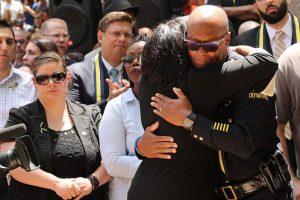 Cientos de personas se reunieron hoy en el Departamento de Policía de Dallas, en Texas Foto:Getty Images