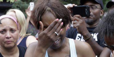 Diamond Reynolds, la novia de Philando Castile de St. Paul, llora el jueves 7 de julio de 2016 afuera de la residencia del gobernador en St. Paul, Minnesota. Castile fue baleado a muerte por la policía luego de una parada de tránsito en Falcon Heights el miércoles por la noche. Foto:AP