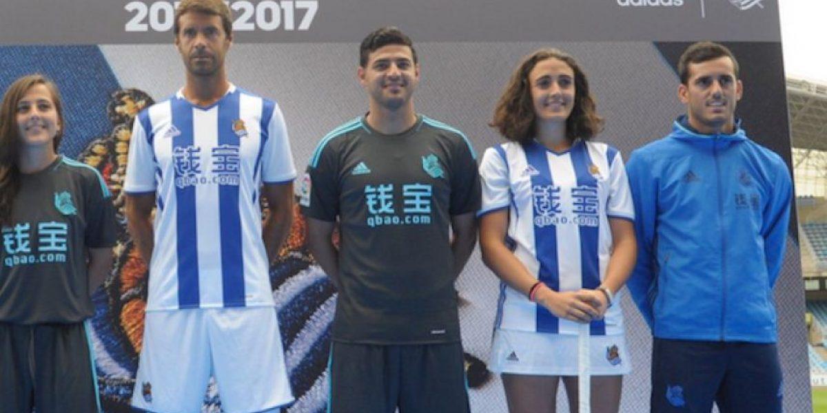 Carlos Vela presenta la nueva indumentaria de la Real Sociedad