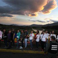 Cientos de personas cruzaron la frontera con Colombia para buscar alimentos Foto:EFE