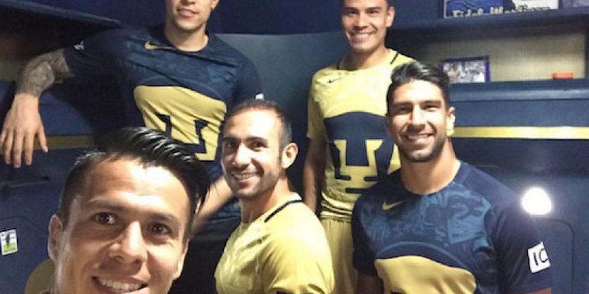 Jugadores de Pumas muestran los nuevos uniformes antes de su presentación oficial