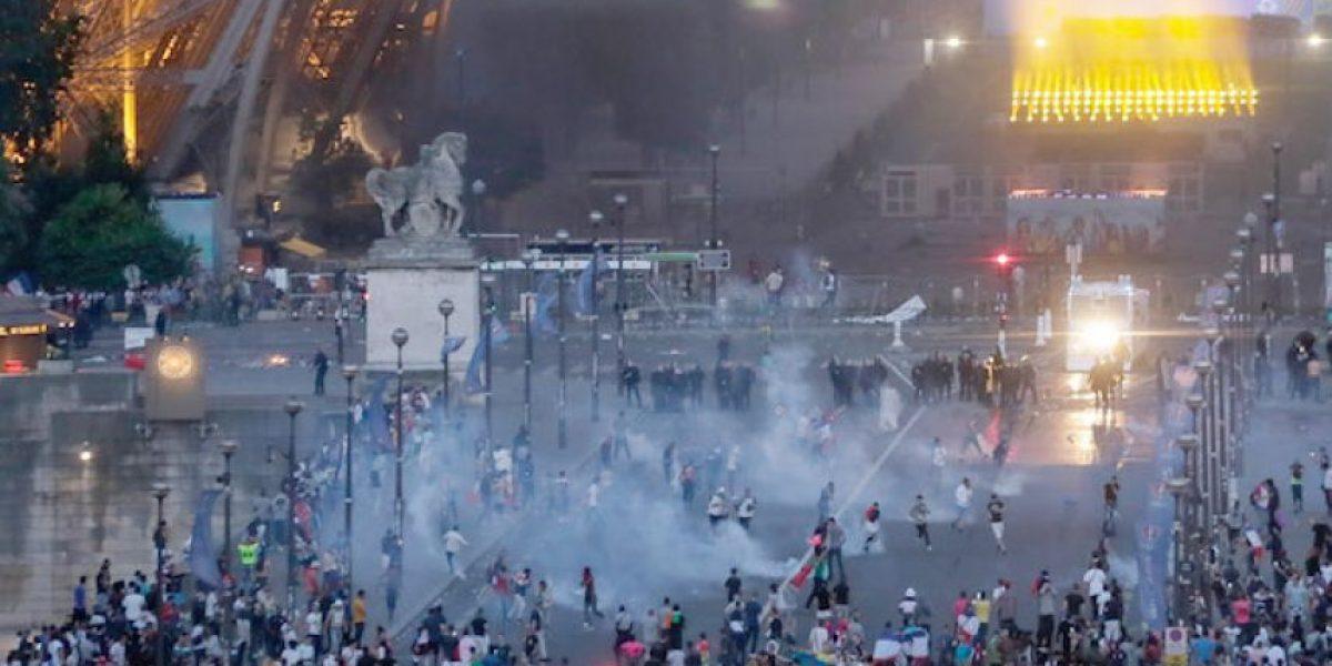 Policía repliega aficionados de la Torre Eiffel con gas lacrimógeno