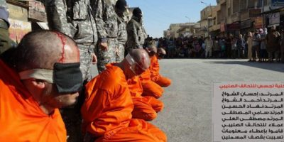 Además, fueron acusados de ser espías de los kurdos Foto:Twitter @Raqqa_SL