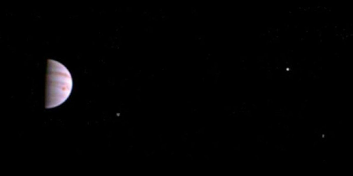 Esta es la primera fotografía de Júpiter enviada por