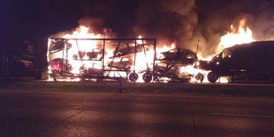 Los vehículos del camión nodriza también se incendiaron Foto:@PoliciaFedMx