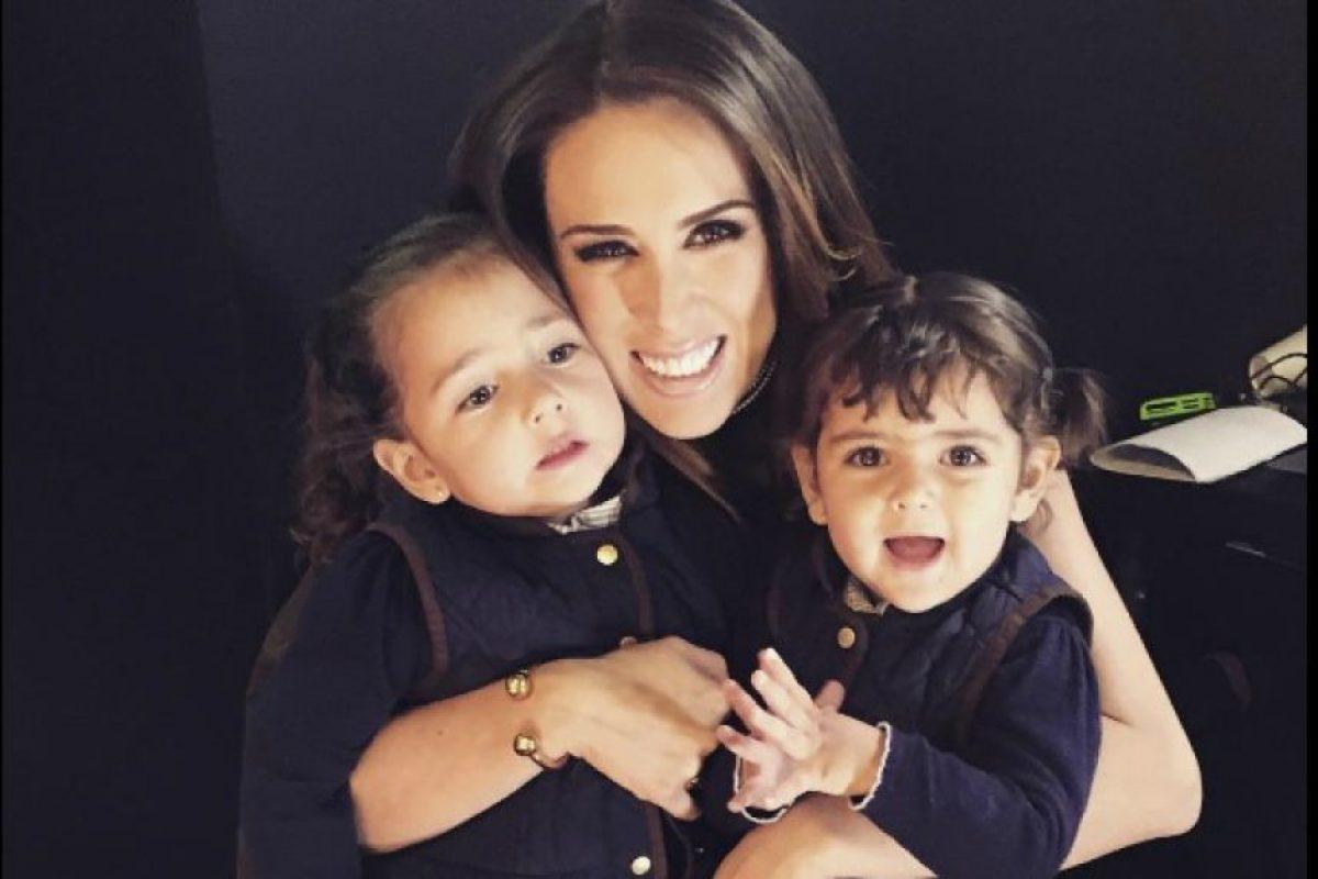 Jacqueline Bracamontes y sus hijas Foto:Instagram/jackybrv