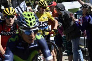 El episodio fue provocado por el choque de Richie Porte contra una motocicleta de la organización Foto:AFP