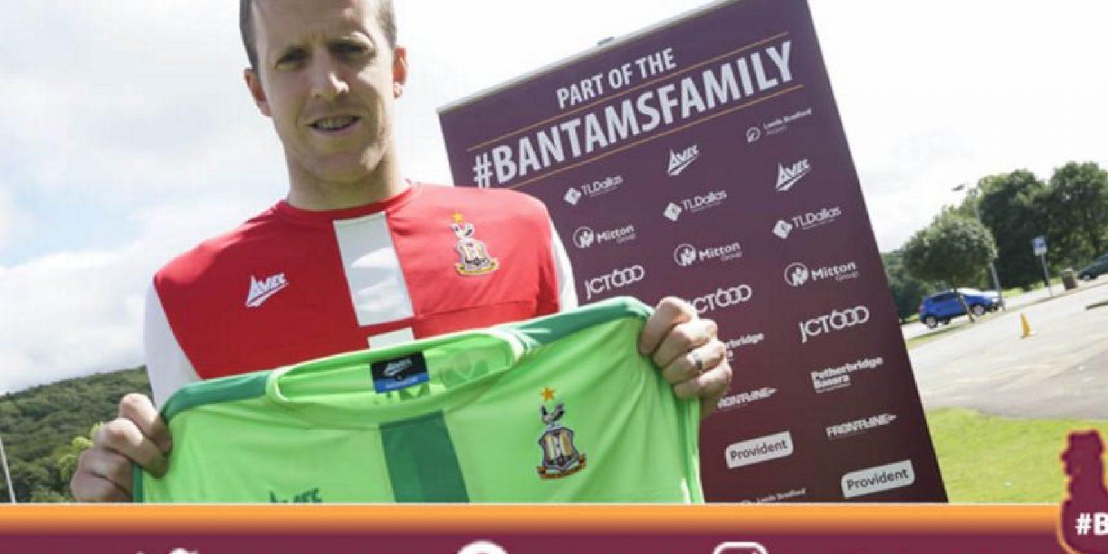 El equipo inglés hizo valer la cláusula de salida que se activó por el descenso de su ex equipo, Blackpool Foto:Twitter oficial Bradford