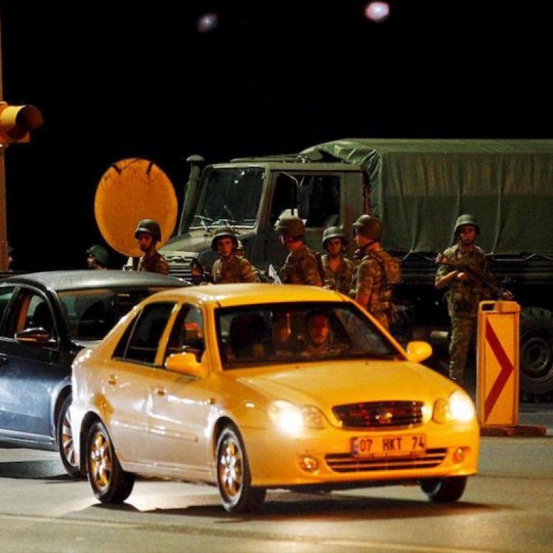 """El primer ministro del país, Binali Yildirim, confirmó el intento de Golpe de Estado, pero asegura que su gobierno aún tiene el control y que instruyó a los militares leales a hacer """"todo lo necesario"""" para poner un alto a la sublevación militar. Foto:AP"""