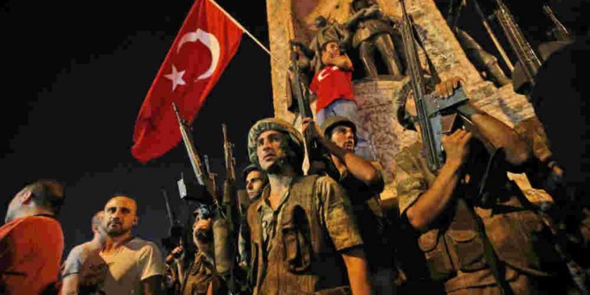 Turcos protestan contra golpe de Estado; hay seis muertos
