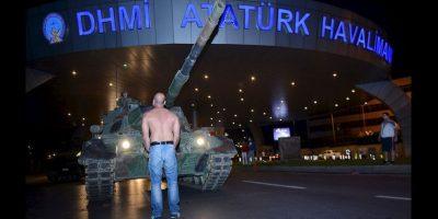 El mismo presidente Recep Tayyip Erdogan convocó a los ciudadanos a través de un mensaje que transmitió por FaceTime a una cadena de noticias internacional. Foto:AP