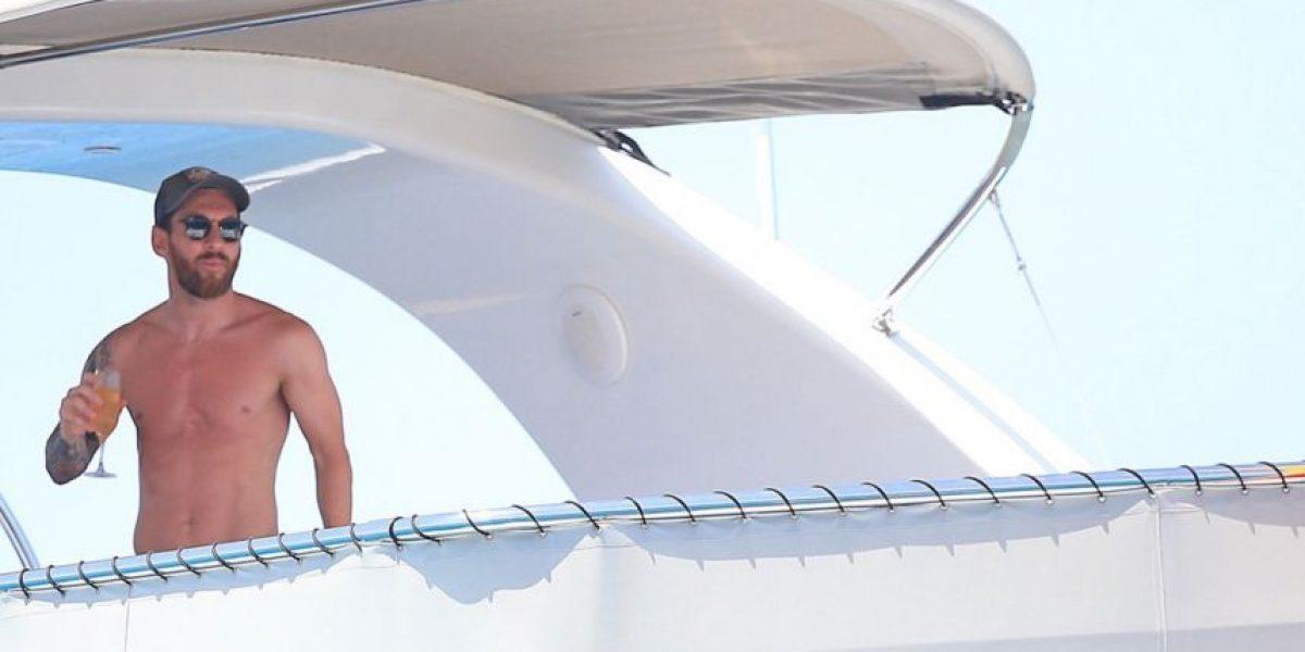 Aficionado nada en el mar para alcanzar el yate de Messi