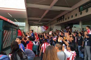 Aficionados de Chivas les dan cálida bienvenida en el Aeropuerto de la CDMX Foto:Twitter
