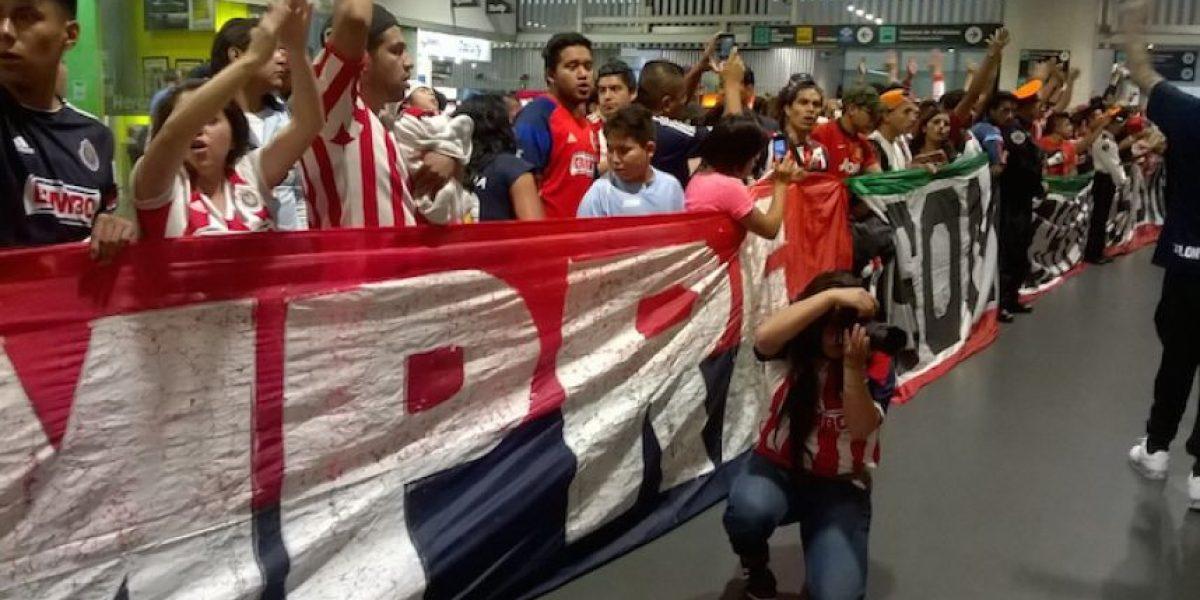 Aficionados de Chivas les dan cálida bienvenida en el Aeropuerto de la CDMX