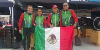 El entrenador Guillermo González con Mario Santillán y Aureliano Valenzuela Foto:Cortesía Mario Santillán y Aureliano Valenzuela