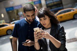 Una de las desventajas del juego que está ocupando los teléfonos celulares de muchas personas en todo el mundo es la gran cantidad de batería que gasta Foto:Getty Images