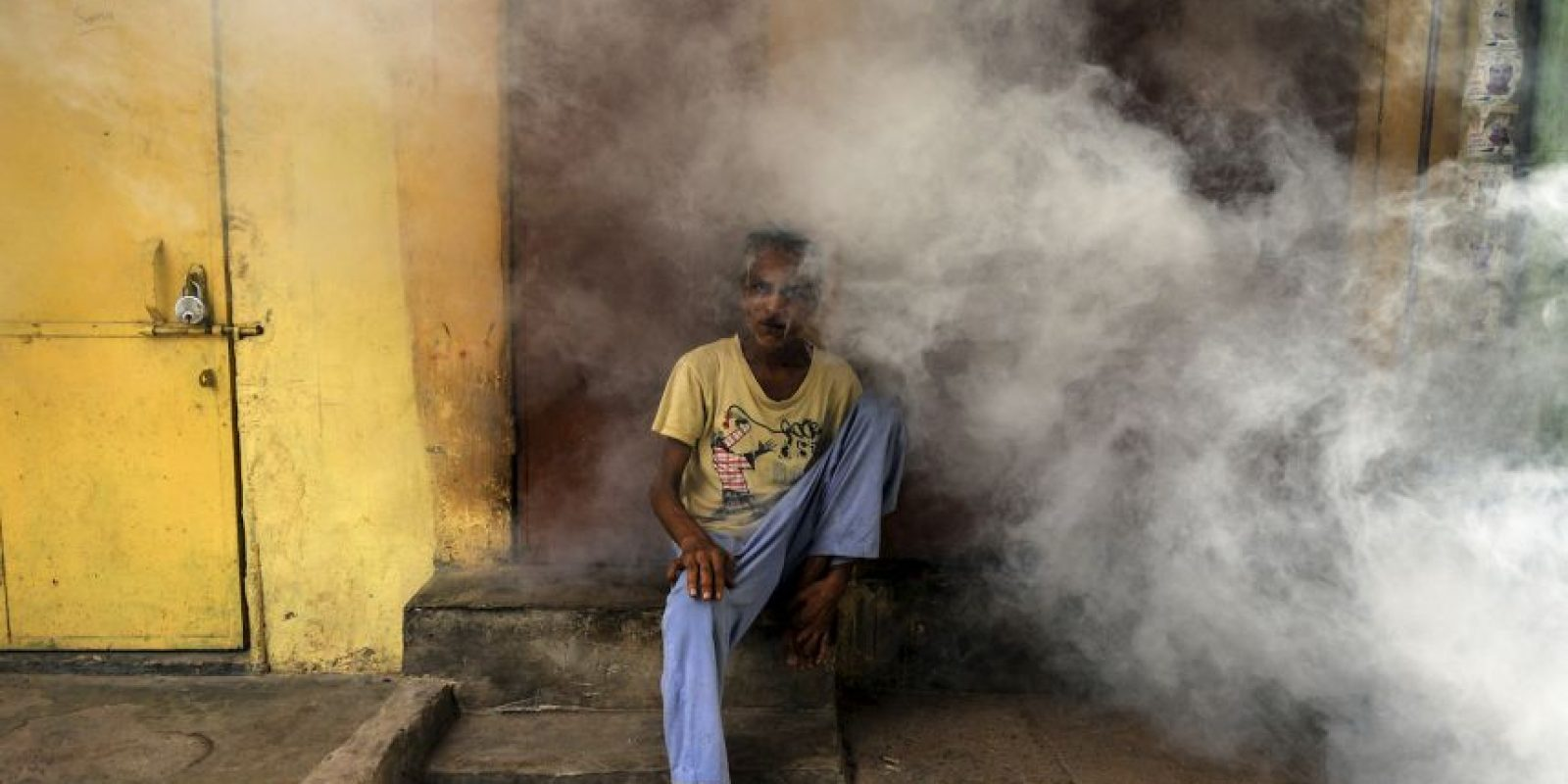 Fumigan en India por la amenaza del dengue. Foto: AFP