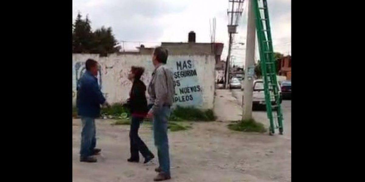 VIDEO:Pareja en presunto estado de ebriedad agrede a empleado de TV de paga