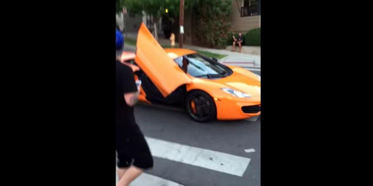 VIDEO: Joven estrella parabrisas de McLaren por no respetar señal