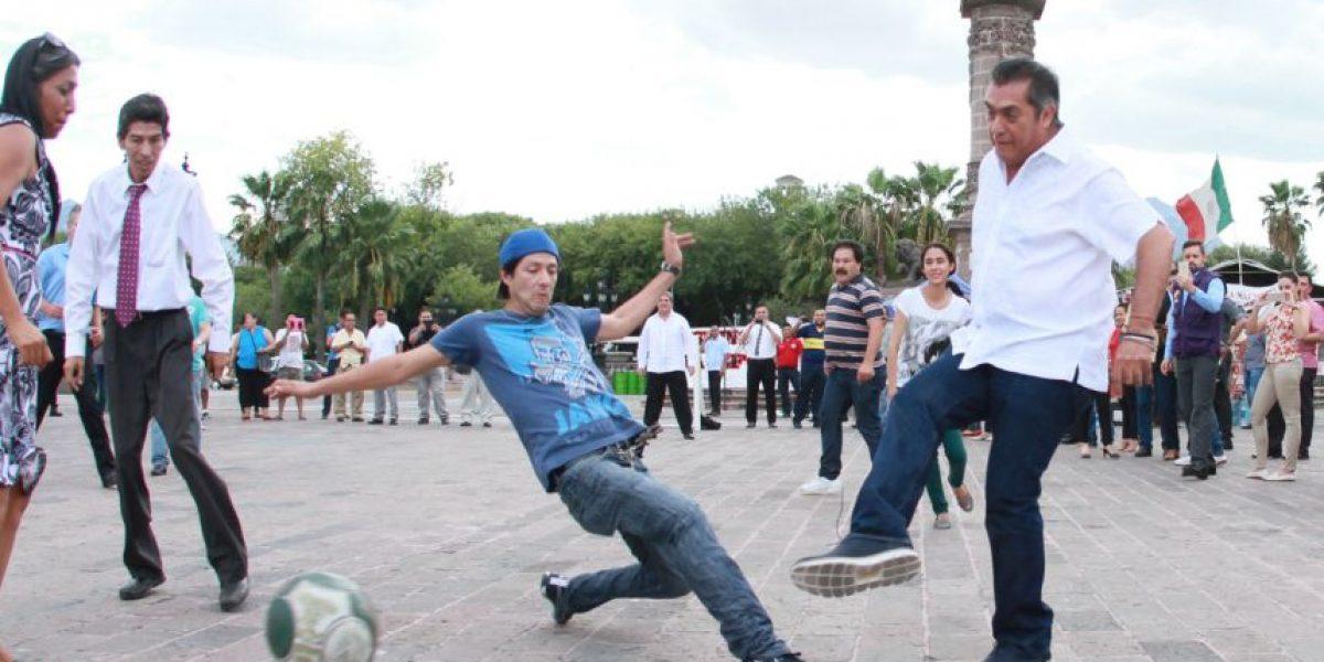 Reta el Bronco a maestros de Nuevo León en vía pública