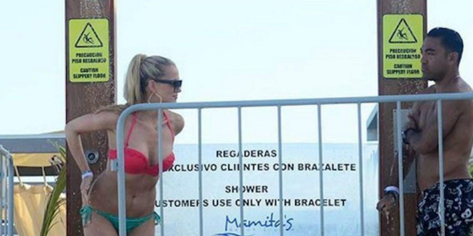 El futbolista mexicano y su guapa novia estuvieron en Playa del Carmen. Foto:Twitter