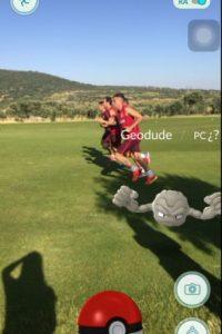 Los pokemones también aparecieron en el entrenamiento del Atlético de Madrid Foto:Captura de pantalla