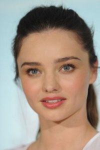 Con maquillaje más natural. Foto:vía Getty Images