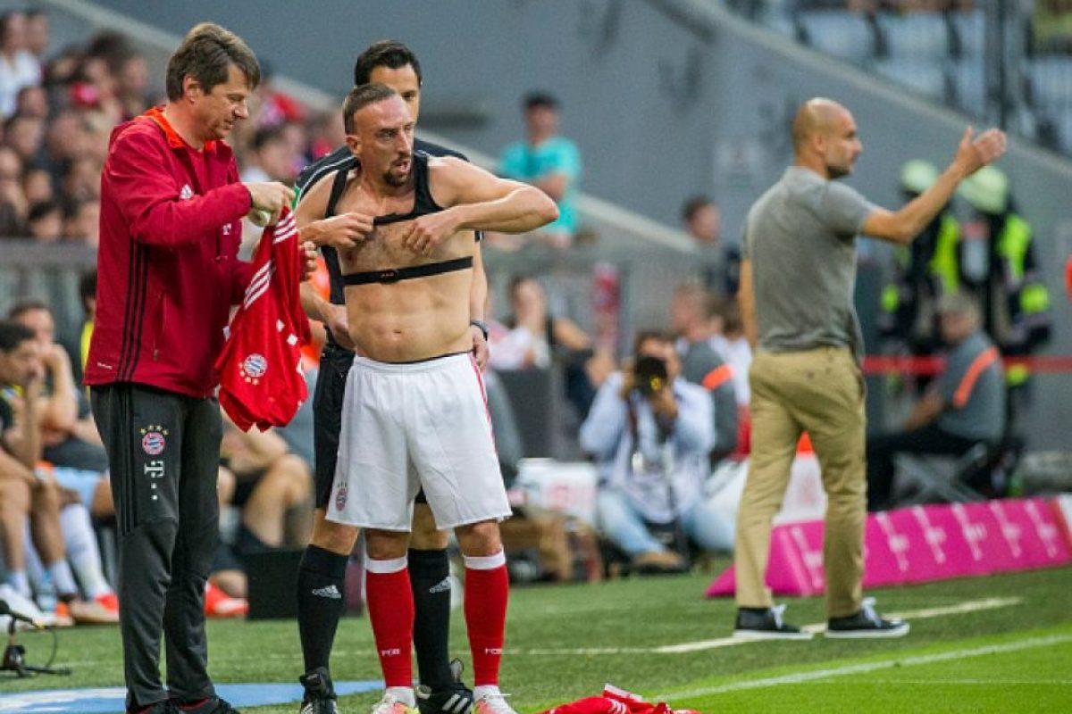 Ribery tuvo que ir hasta la banda para cambiar su camiseta Foto:Getty Images