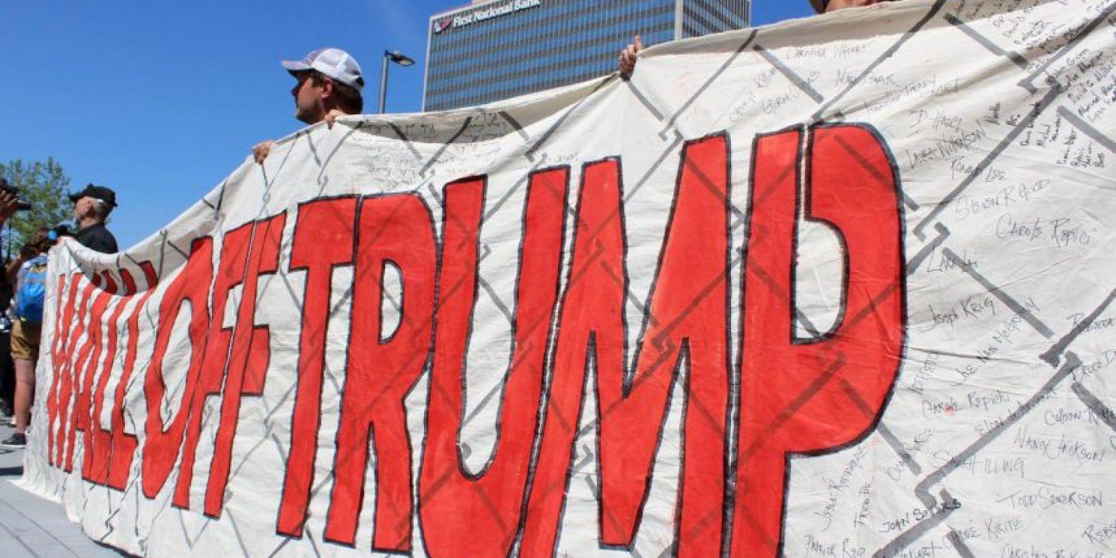 Durante la tarde, la protesta se tornó violenta, en opinión de las autoridades, cuando los manifestantes quemaron una bandera.