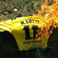 Cuando decidió dejar Borussia Dortmund, los hinchas quemaron sus camisetas Foto:Twitter