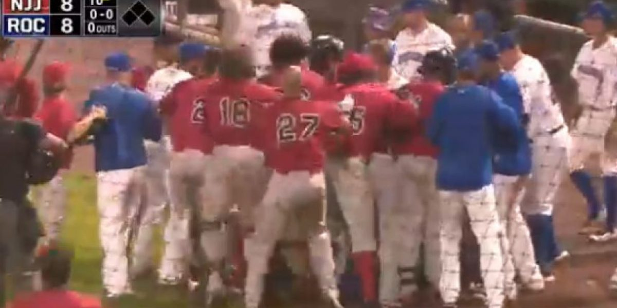 VIDEO: Beisbolista inicia batalla campal en pleno juego