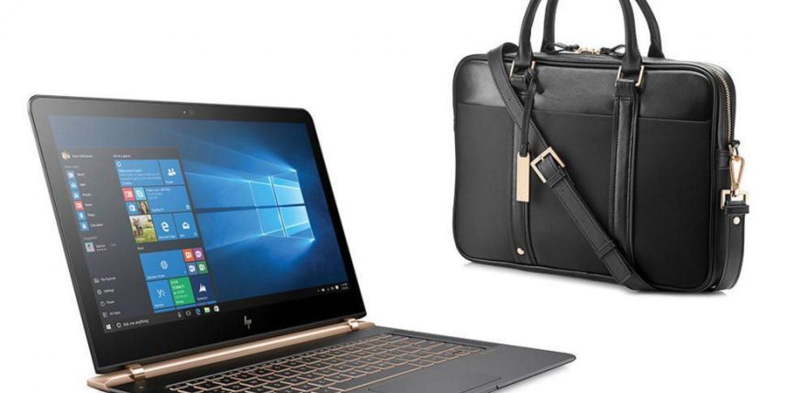 HP Laptop Spectre Notebook 13-V001LA. Uno de los equipos más delgados disponibles (10.4 milímetros) que destaca por sus acabados, cuerpo de aluminio y fibra de carbono, sistema de enfriamiento hiperbárico y su pantalla de 13.3 pulgadas Full HD ultra resistente con Gorilla Glass. Su precio aproximado es de 28 mil 999 pesos, aunque las encuentras en 26 mil 99 pesos en Liverpool (e incluye un maletín). Cuenta con disco duro de estado sólido con 256 GB, memoria RAM de 8 GB y procesador Intel Core i5-6200U con turbo boost para un velocidad de hasta 2,8 GHz. Foto:Especial