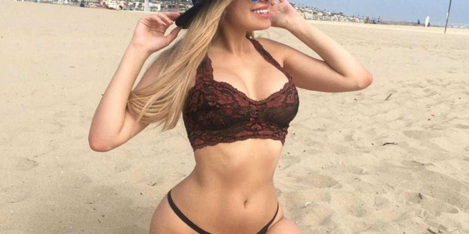 Con tremendo bikini de tiritas, Alexa Dellanos, hija de la conductora Myrka Dellanos, causó revuelo en redes con sensuales imágenes. Foto:Instagram