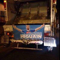 Los letreros están en los camiones de basura Foto:Twitter