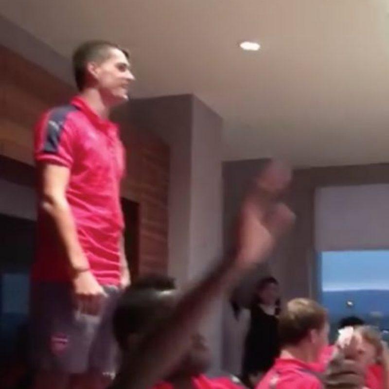 En medio de una cena del equipo, el jugador tuvo que pararse frente al resto del plantel y cantar Foto:Captura de pantalla