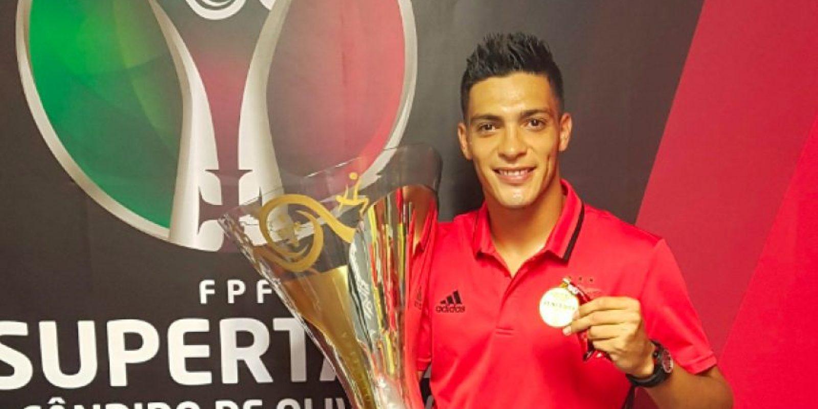 Raúl Jiménez con la Supercopa de Portugal Foto:Twitter @Raul_jimenez9