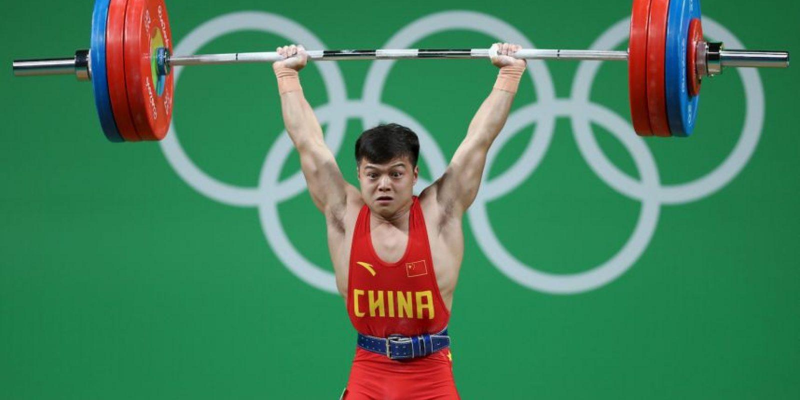 Con sólo 1.Michael Phelps se sigue vistiendo de dorado56 metros de estatura, Long Qingquan se hizo más fuerte que todos para ganar el oro en la categoría 56 kilos en el levantamiento de pesas. Foto:Getty Images