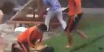 La niña se encontraba nadando cuando sucedió el incidente. Foto:YouTube/kuiskandar syah