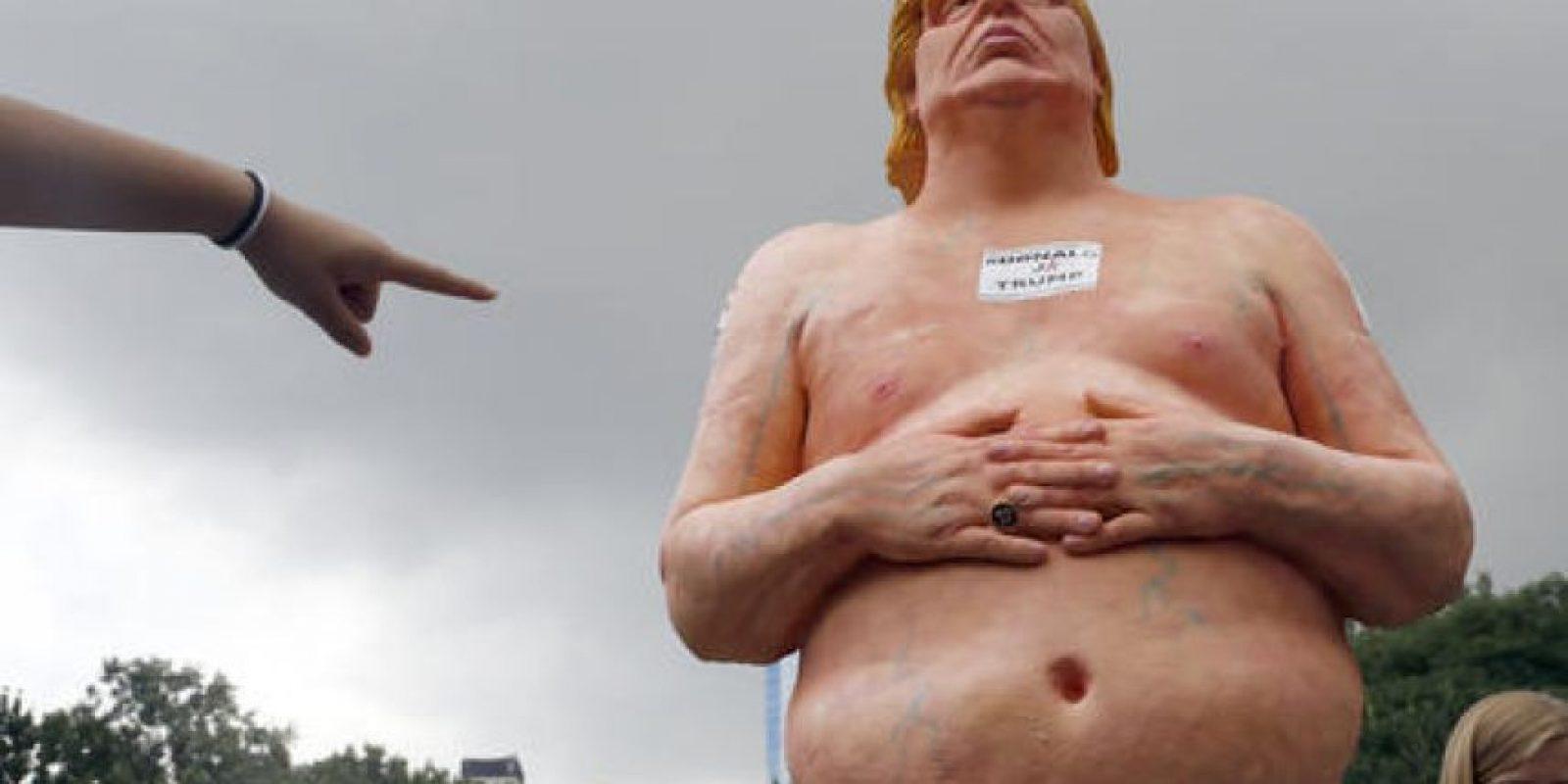 Una mujer señala la estatua del candidato republicano colocada este martes en Union Square, Nueva York. Más tarde la estatua fue removida por las autoridades de dicha ciudad. Foto:AP/ Archivo
