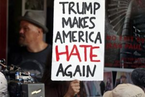 Martes, 16 de agosto de 2016.Protestantes se manifiestan afuera del Teatro Pabst en Milwaukee, mientras Donald Trump es entrevistado en el interior del teatro. Foto:AP/ Archivo