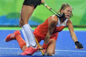 Kitty van Male, del equipo holandés de hockey sobre pasto, es golpeada en el rostro por la argentina Agustina Habif. Foto:AFP