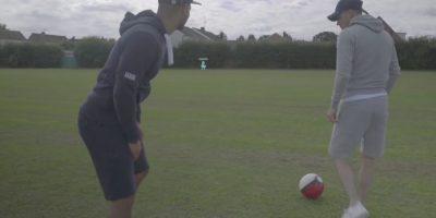 Los futbolistas Billy Wingrove y Jeremy Lynch combinaron Pokémon Go con freestyle Foto:Twitter
