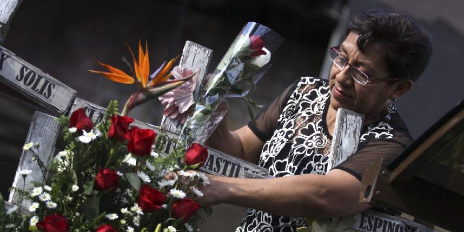 Los familiares dejan arreglos de flores Foto:cuartoscuro