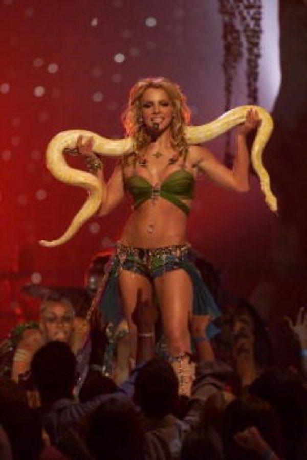 En 2001 hizo su presentación con una serpiente en hombros Foto:Getty Images