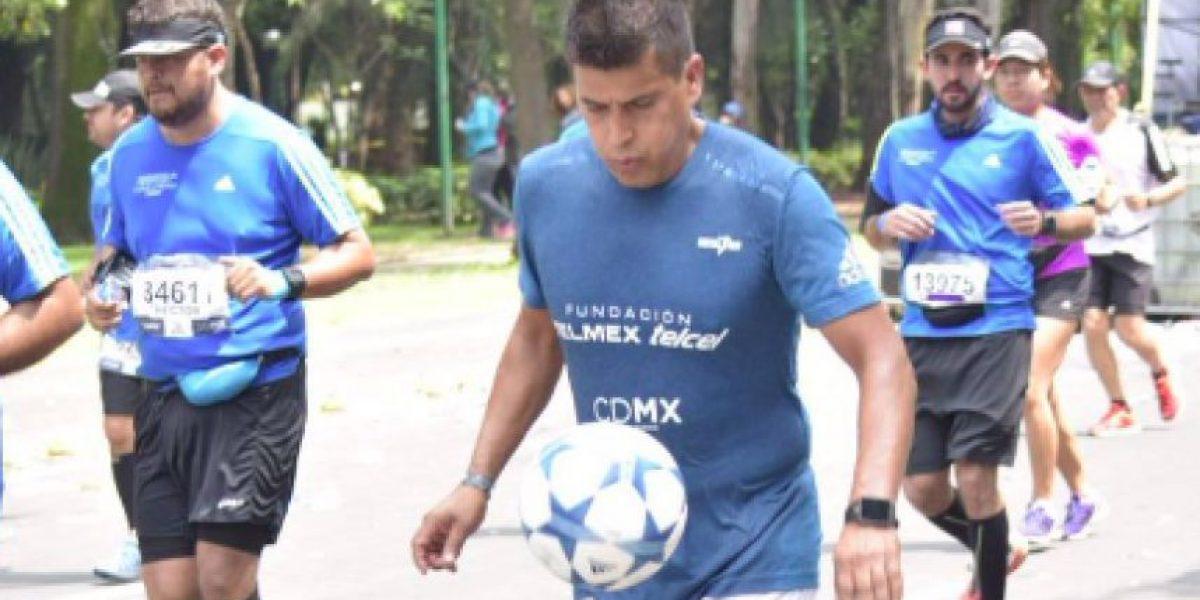 Mexicano recorre ruta del Maratón de la CDMX dominando un balón