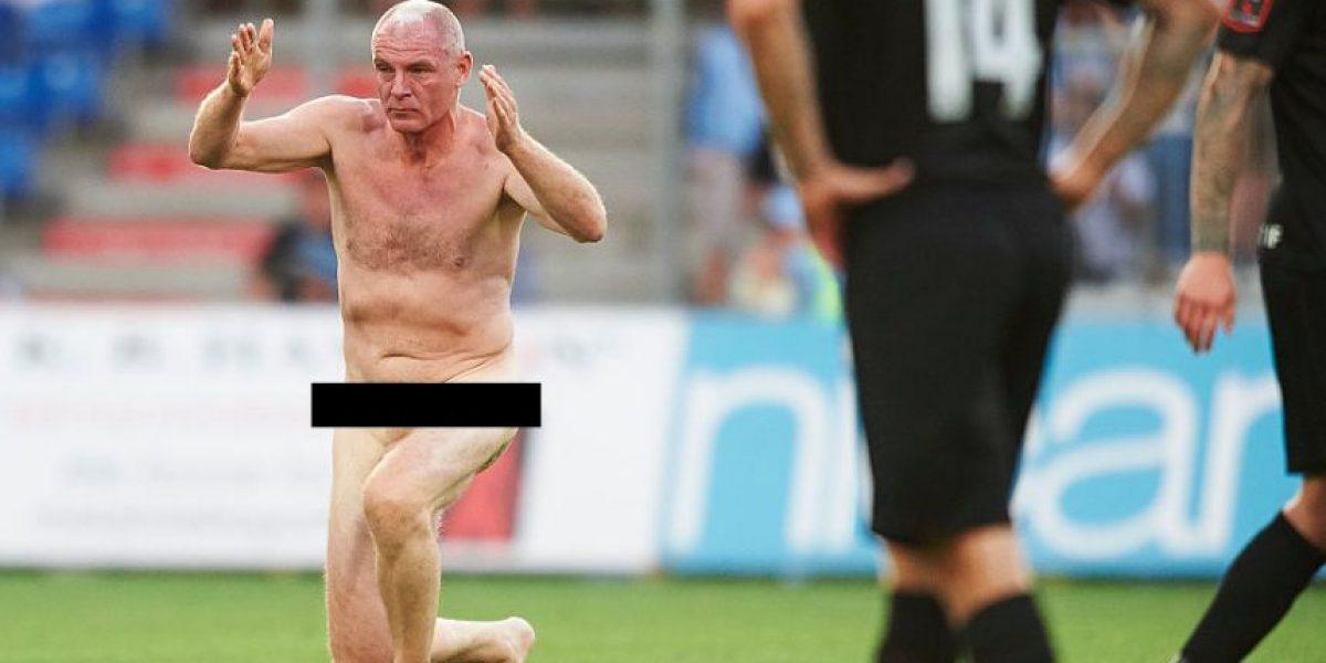 FOTOS: Campeón de la Eurocopa invade la cancha desnudo