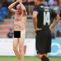 Lars Elstrup, el ex campeón de la Eurocopa interrumpió un partido desnudo Foto:Getty Images