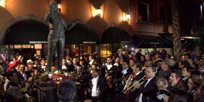 Algunos mexicanos se han dado cita en Plaza Garibaldi, donde le han rendido homenajes y llenado de flores. Foto:Notimex